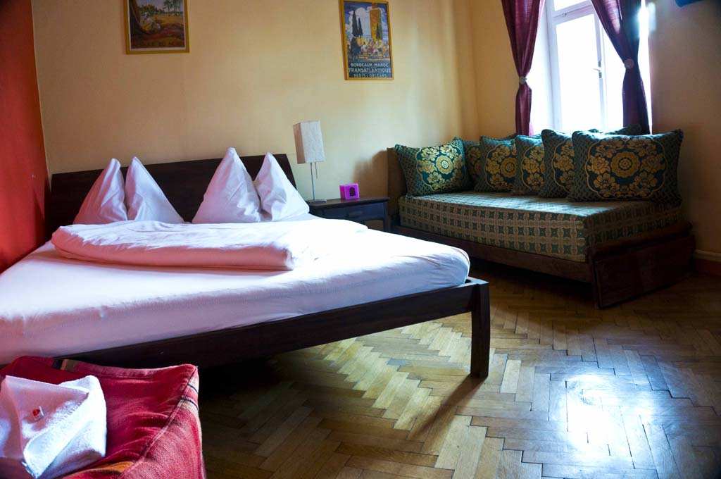Arte Vida - Salzburg - Bed and sofa in the room